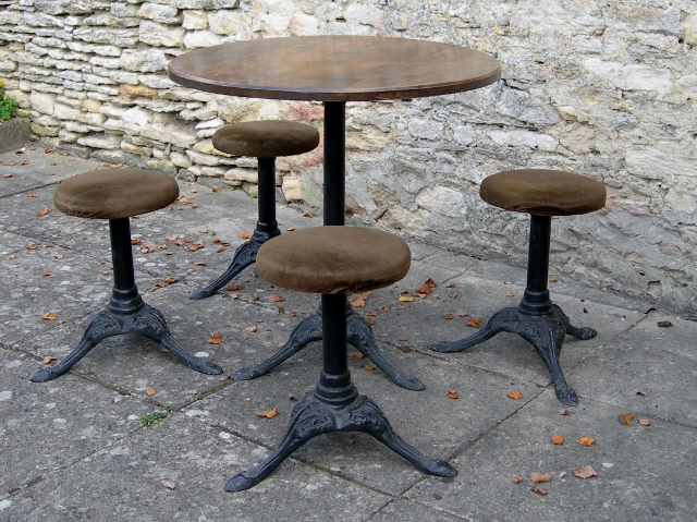Table and stools (640x479)